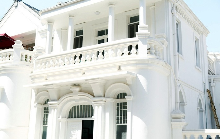 欧式西洋楼,留声机,吊顶灯,水墨画乃至家具,一切都保留着民国时期的
